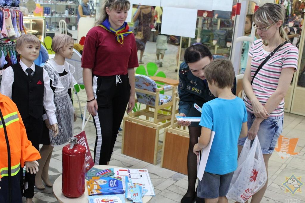 В Борисове работники МЧС провели урок безопасности в магазинах 5