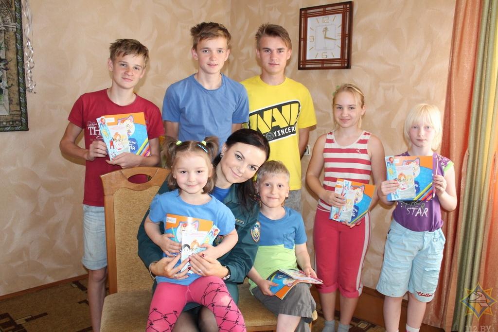 Борисовские спасатели посредством игры учат детей правилам пожарной безопасности 2